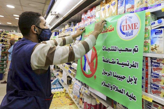 Продавець розміщує плакат з написом *Французькі товари бойкотуються в ім'я пророка Мухаммеда та миру'' в супермаркеті в Аммані, Йорданія, 26 жовтня 2020.