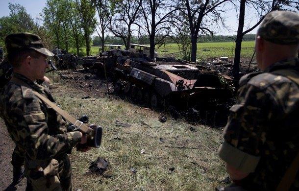 Сгоревшая обстрелянная украинская техника под Волновахой