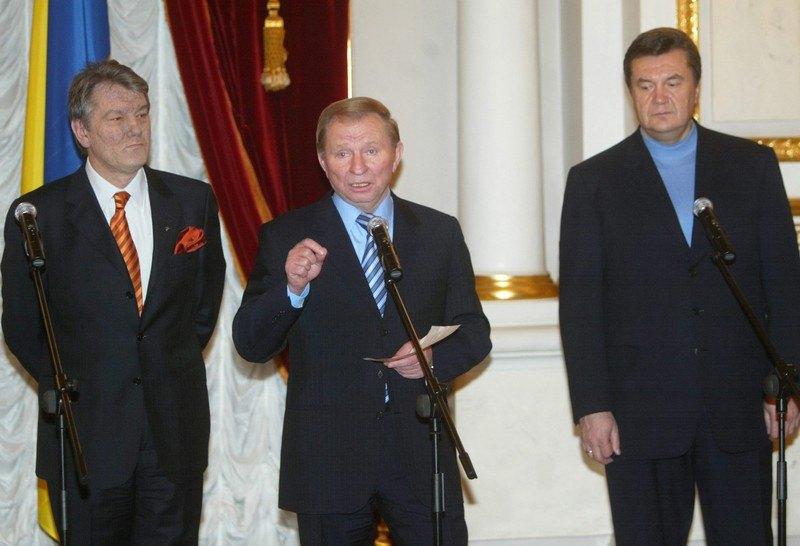 Президент Леонід Кучма, прем'єр-міністр та кандидат у президенти Віктор Янукович і лідер української опозиції кандидат у президенти Віктор Ющенко спілкуються з журналістами після переговорів у Маріїнському палаці в Києві, 26 вересня 2004 року.