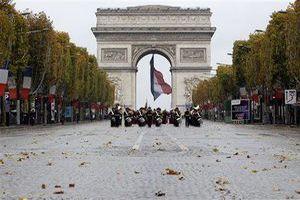 Во Франции запретили просить милостыню на Елисейских полях