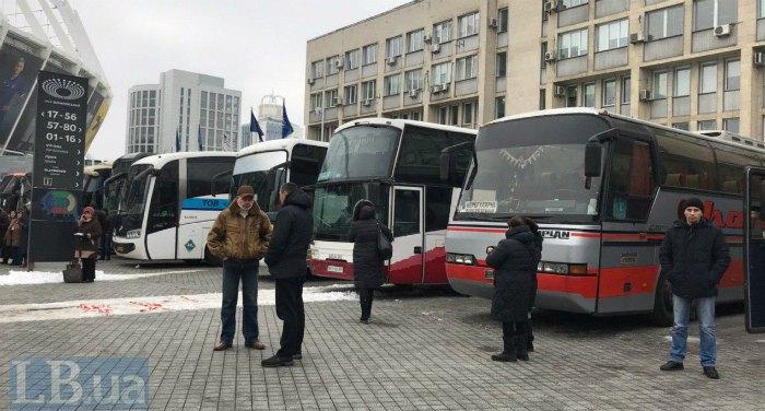 Припаркованные у Дворца спорта автобусы