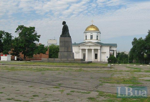 На центральній площі Чугуєва є і собор, і пам'ятник Леніну