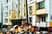 Пострадавшие от взрыва жилого дома на Позняках до сих пор не получили новые квартиры, а их мебель и технику выбрасывают из окон