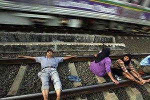 В Индонезии стали лечиться током от рельсов