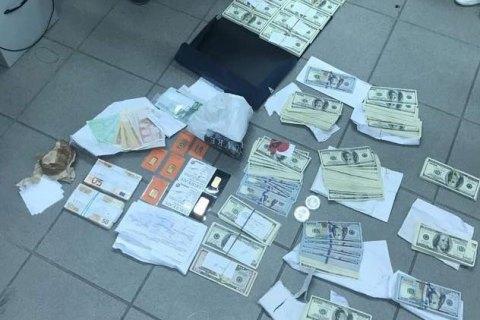 Упійманий на хабарі заступник начдепартаменту УЗ зберігав $220 тис. у банківському сейфі