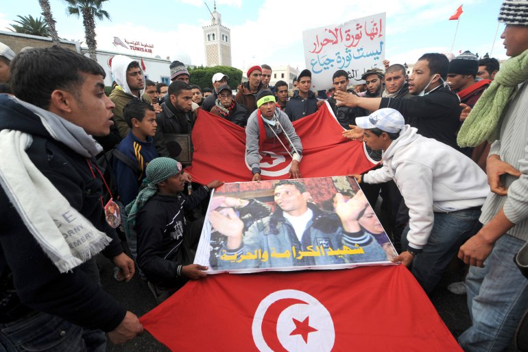 Демонстранти з портретом Мохаммеда Буазізі перед урядовим палацом вТунісі, 28 січня 2011
