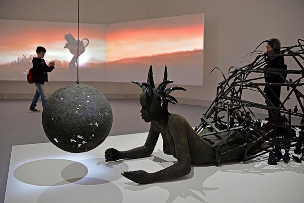 Работа <<The End of Carrying All>> кенийского художника Вангети Муту