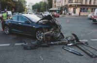 У центрі Києва позашляховик влетів у натовп пішоходів, є постраждалі (оновлено)