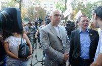Суд разрешил мужу и дочери защищать Тимошенко и закрылся до среды