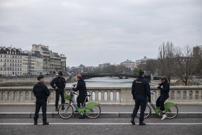 Французькі офіцери поліції патрулюють вулиці Парижа, 22 березня 2020