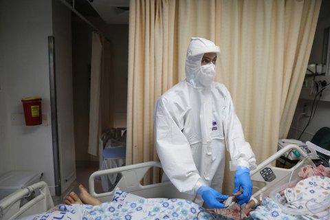 В Украине заняты две трети коек для больных коронавирусом