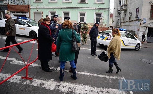 Силовики обыскивают людей на подходах к местам проведения марша