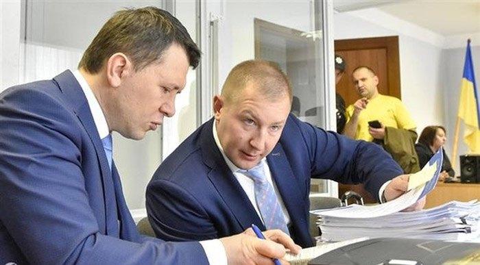 Адвокат Віталій Сердюк (в центрі)