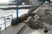 В Алуште шторм разрушил набережную