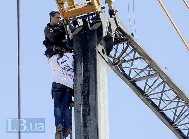 Ігор Луценко разом з іншими активістами намагається заблокувати роботу будівельного крану у Гостиному дворі