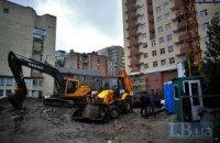 На незаконную стройку в Киеве вновь пригнали строительную технику