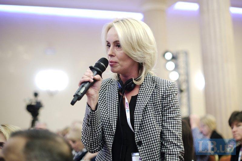 Ведущая программы 'Факты' (ICTV) Оксана Гутцайт задает вопрос участникам первой панели