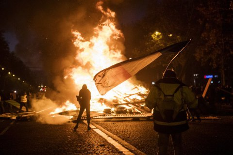 Протестующие против цен на топливо подожгли баррикады на Елисейских полях