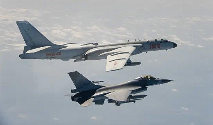 Тайванський винищувач F-16 (знизу) наближається до китайського бомбардувальника H-6 (зверху), котрий пролітає над каналом Баші поблизу Тайваню