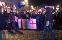 Активисты применили против милиции катапульту