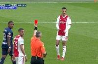 """У матчі лідерів чемпіонату Голландії гравець """"Аяксу"""" в єдиноборстві заледве не розтрощив голову суперникові"""