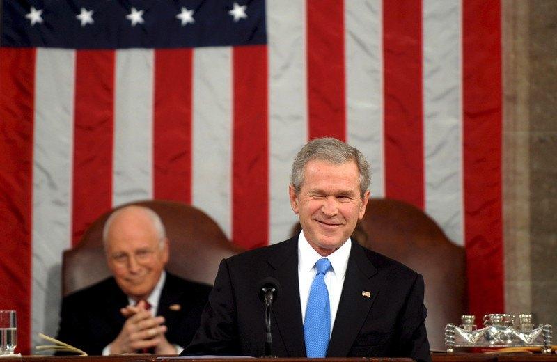 Президент США Джордж Буш выступает на сессии Конгресса в Капитолии, Вашингтон, 28 января 2008 .Вице-президент Дик Чейни апплодирует позади.