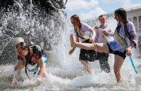 Киевские школьники отметили последний звонок купанием в фонтанах