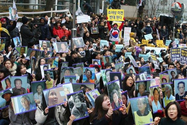 """Акция протеста в поддержку """"женщин утешения"""" в Сеуле"""