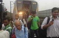 При столкновении поезда и трактора в Индии погибли 10 человек