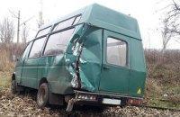 В Константиновке микроавтобус столкнулся с военным автомобилем