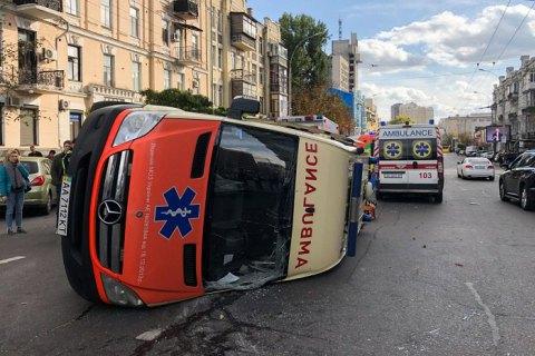 В Киеве после ДТП перевернулась скорая помощь