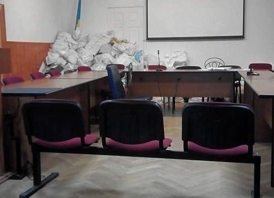 Мішки з бюлетенями під час перерви в засіданні ТВК
