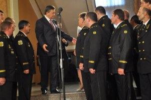 Для Януковича в Донецке в качестве живого фона выстроили шахтеров