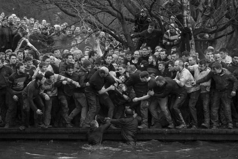 Участники поединка, воспроизводящего «средневековый футбол».