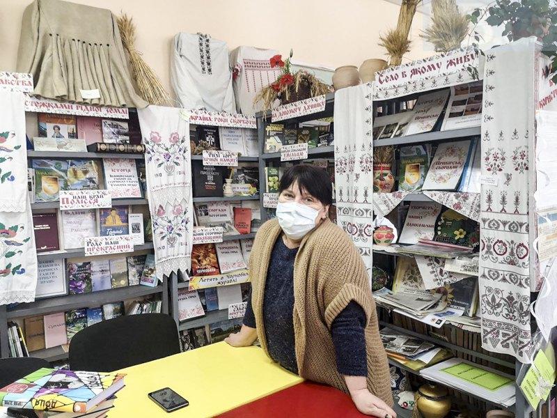 Олена Бакун в бібліотеці будинку культури