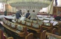 В сессионном зале Рады начали ремонт 3-тонной люстры