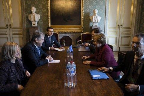 Порошенко попросил Меркель ввести новые санкции против России