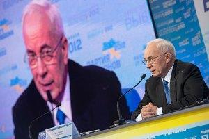 Азаров попросил журналистов показывать недостатки власти