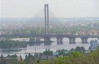 Патрульні затримали двох підлітків і 20-річного хлопця, які залізли на Південний міст у Києві заради селфі