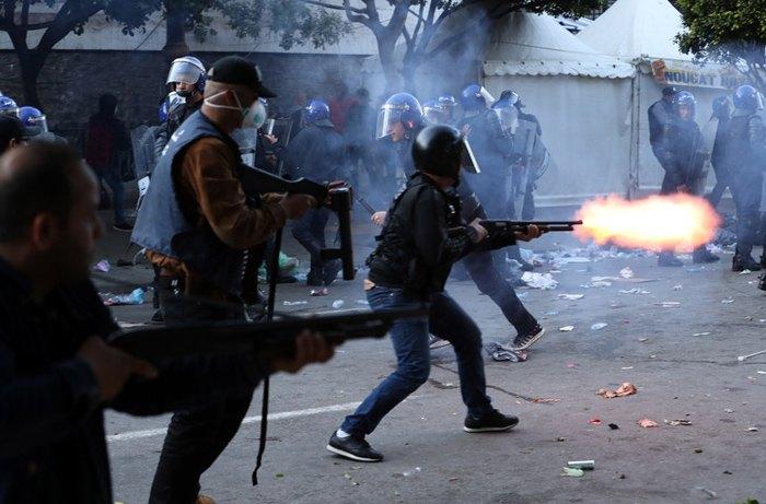 Столкновения демонстрантов и полиции во время акции протеста против временного президента Абделькадера Бенсала, в Алжире, 12 апреля 2019.