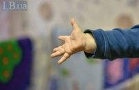 В Запорожье 3-летний мальчик два дня провел в квартире с мертвыми родителями