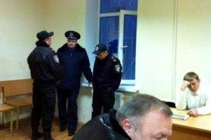 Из суда по Луценко силой вывели двух нардепов