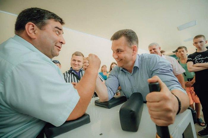 Константин Павлов (справа) на встрече с избирателями