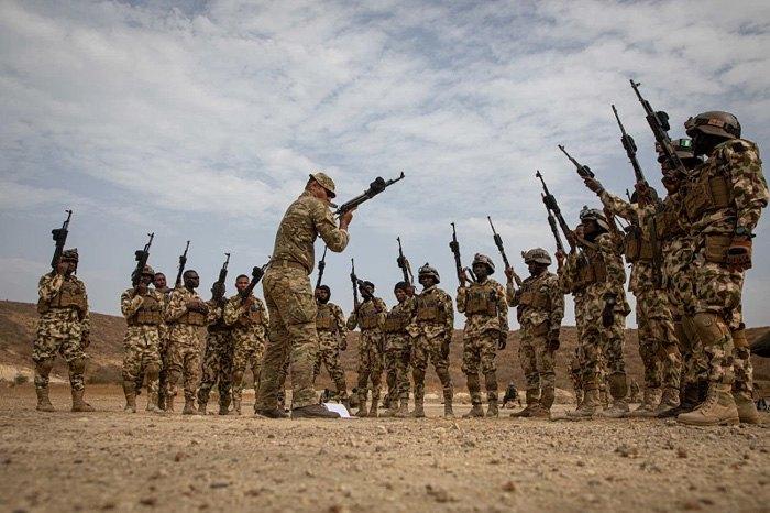 Британский инструктор обучает нигерийских cолдат во время «Flintlock», Сенегал, 17 февраля 2020.