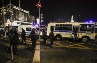В России арестованные протестующие толкали заглохший полицейский автозак