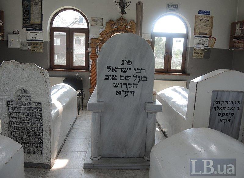 Сама могила виглядає так.