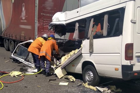 10 человек погибли при столкновени маршрутки и грузовика в Житомирской области