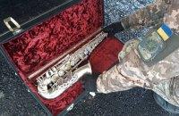 """На КПВВ """"Гнутове"""" у чоловіка вилучили саксофон вартістю півмільйона гривень"""