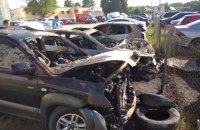 В Харькове при пожаре на парковке загорелись семь автомобилей
