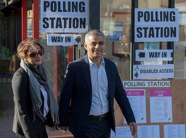 Хан с женой возле избирательного участка